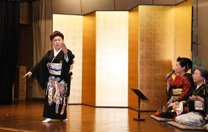 民謡「梅ぼし」で、唄や演奏に合わせて舞踊を披露する藤間美賀子さん(左)=佐賀市の楊柳亭