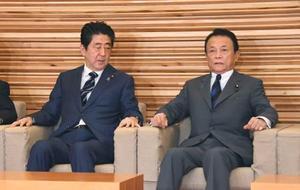閣議に臨む安倍首相(左)と麻生財務相=24日午前、首相官邸