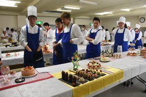 1年間の学びの集大成となる作品が並んだ卒業制作展=佐賀市の西九州大佐賀調理製菓専門学校