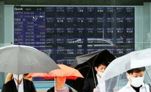 東京証券取引所でシステム障害が発生し、一部銘柄の表示が消えた株価ボード=1日午前、東京・八重洲