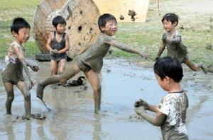 泥を投げ合って遊ぶ園児たち=江北町幼児教育センター