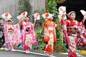 華やかな着物で道行きを楽しむ子どもたち=佐賀市富士町市川