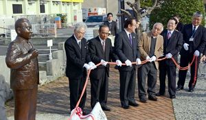 新たに設置された田澤義鋪像の除幕式=鹿島市のスカイロード交差点