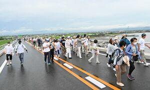 景色を楽しみながら六角川大橋を歩く参加者ら=白石町の六角川大橋