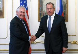 7日、ウィーンでの会談に際し、握手するティラーソン米国務長官(左)とロシアのラブロフ外相(タス=共同)
