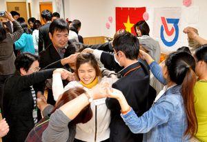 日本語教室のパートナーを養成する講座で技能実習生と交流する参加者たち=11月下旬、白石町の「元気のたまご」