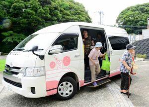 町民は無料のコミュニティーバスから降りる高齢者たち=玄海町の玄海海上温泉パレア
