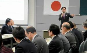 熊本地震を踏まえて地域防災計画を修正した県防災会議であいさつする山口祥義知事=佐賀県庁