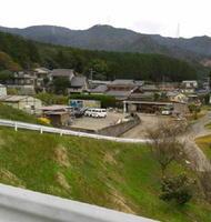 中央奥が勝尾城。手前の集落は城下町・山浦新町