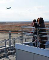 展望デッキから出発する飛行機を眺める利用者=佐賀市川副町の佐賀空港