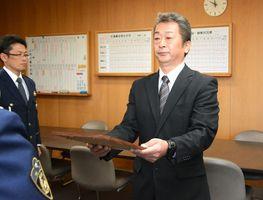 指定書を受け取る吉野ヶ里町社協の寺﨑秀典事務局長=神埼警察署