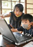 西田慶子代表(左)から、プログラミングを学ぶ参加者=佐賀市柳町の旧古賀家