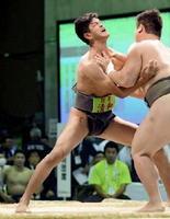 相撲個人決勝トーナメント進出者決定1回戦 相手の攻めをこらえる清和の外尾祐樹(左)=宮城県大崎市の鳴子スポーツセンター