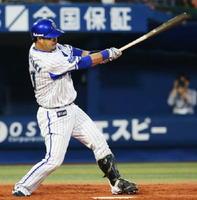 4回DeNA1死一、三塁、宮崎が中前に先制打を放つ=横浜