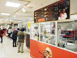焼きたてを持ち帰ることもできるピザ店など約40店が出店する「イタリア展」=佐賀市の佐賀玉屋
