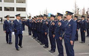 三田豪士県警本部長(左から2人目)による年頭の通常点検。拳銃などを確認した=佐賀県警本部