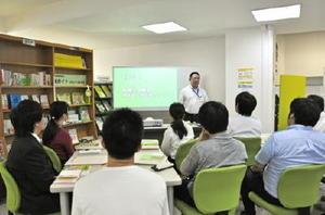 県内の雇用情勢などを説明するジョブカフェの担当者=佐賀市のジョブカフェSAGA