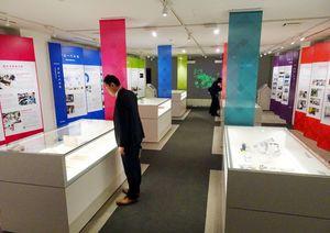 20日開館した早稲田大学歴史館では約130点の歴史資料やデジタルコンテンツを展示している=東京・戸塚町の早稲田キャンパス1号館