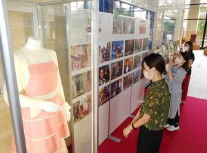撮影に使用された深田恭子さんの衣装=佐賀市の佐賀県庁新館1階