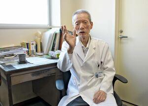 会長室で白衣姿の藤﨑伸太さん=唐津市栄町の藤﨑病院