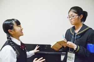 インタビューに答える平川カノンさん(左)と取材をする毛利美結さん=佐賀市文化会館