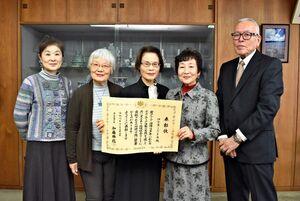 ボランティア功労者の厚生労働大臣表彰を受けた「伊万里こだま会」のメンバー=伊万里市役所