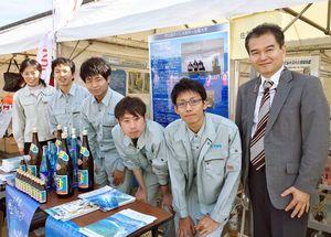 「伊万里みなと祭り2017」に出展し、研究をPRした佐賀大学海洋エネルギー研究センターの学生ら