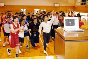 SSP杯のオンライン壮行会の終わりに「頑張るぞー!」とモニターに駆け寄る生徒たち=唐津市の唐津工業高校