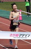 女子フルマラソンで4年ぶりの頂点に立った吉冨博子(メモリード)=佐賀市の県総合運動場陸上競技場