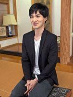 「症状への理解が広がれば、当事者はもっと自由に生きることができる」と話すピアニストのYUSKさん=佐賀市