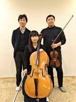 左からピアニストの西村幸高さん、チェリストの古賀美加さん、バイオリニストの渡部暁夫さん(提供写真)