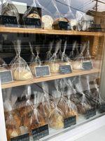 パン店は、店先から注文するテイクアウト方式。店名には「ついつい」立ち寄りたくなる店への思いを込めています