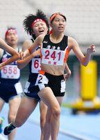 陸上女子1500メートル決勝 激しい2位争いを制してゴールする唐津東の小松夕夏(手前)=大分市の昭和電工ドーム大分