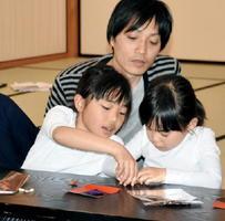 折り紙教室に参加した親子ら=佐賀市の佐賀城本丸歴史館