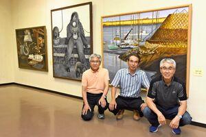 「エンジニア三人展」を開いている江川和則さん(右)、西村雅憲さん(中央)、林田純一さん=佐賀市の県立美術館