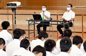 出前授業で講演した森永デザートの堺正博さん(左)と西山貴史さん=鳥栖市元町の鳥栖工高
