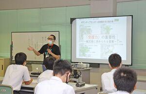 佐賀豪雨でのボランティア活動について語る鈴木隆太代表=武雄市の北方中
