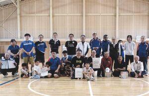 佐賀市北川副校区ミニテニス大会とバドミントン大会の上位入賞者と参加者