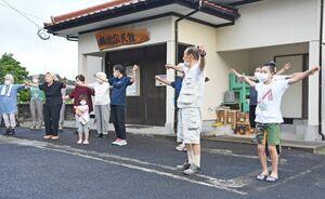 幅広い世代が集まって行っているラジオ体操=唐津市相知町の横枕公民館