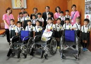 鹿島市に車椅子を贈った七浦保育園の園児たち=鹿島市役所(提供写真)