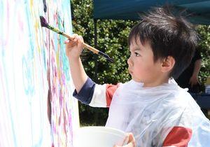 真剣な表情で絵を描く子ども=佐賀市富士町の北山少年自然の家