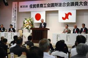 県商工会議所連合会の議員大会であいさつする井田出海会長=伊万里市の伊万里迎賓館