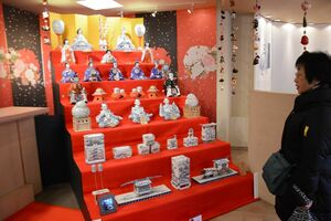 世界最大の磁器製座りびなを配した7段飾り=昨年2月、有田町のアリタセラ