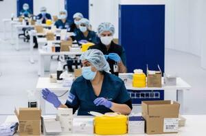 10日、オーストラリア・シドニーで、新型コロナウイルスワクチンの集団接種の準備をするスタッフ(ロイター=共同)