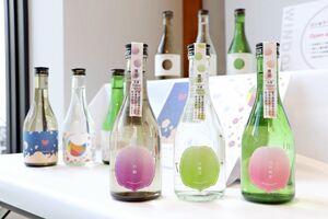 「日本酒ラベルデザイン総選挙」で並ぶ学生たちの作品=佐賀市の「SAGA MADO」
