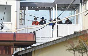 不審火の現場検証にあたる捜査関係者=12日午前9時36分ごろ、佐賀市高木瀬西3丁目の北陵高校