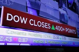 株価上昇を示すニューヨーク証券取引所の電光掲示板=12日、ニューヨーク(AP=共同)