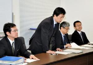 技術評価委員会の結果について県に説明する国交省鉄道局の水嶋智次長(左から2人目)=県庁