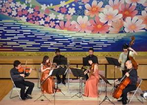 クラシックの名曲などを披露するアルモニア管弦楽団のメンバーたち=みやき町のこすもす館