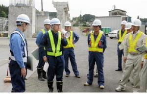 袴野橋りょうの建設現場で鉄道・運輸機構の職員の説明を聞く県議=武雄市